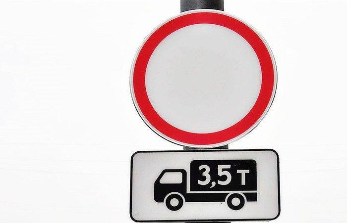 Эта комбинация знаков запрещает грузовым авто повороты направо иналево. Источник: autourist1.ru