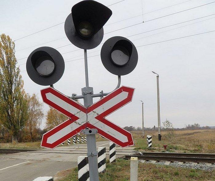 Если проезд через железнодорожные пути запрещен, два крайних фонаря мигают красным